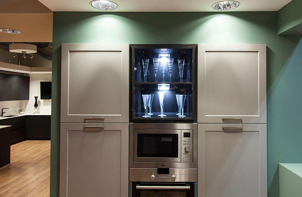 detalle del hueco visto de la cocina minue, madera y lacado brillo