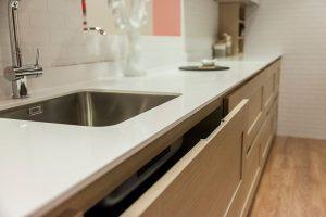 Imagen detalle de la integración de tiradores en nuestra cocina Fatima 5P